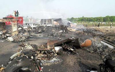 Hiện trường vụ nổ xe chở dầu ở Pakistan ngày 25/6.