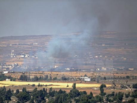 Khói bốc lên sau cuộc giao tranh ở gần thành phố Quneitra trên Cao nguyên Golan ngày 24/6.