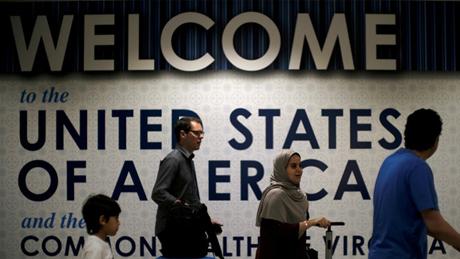 Hành khách đi ngang qua biển đón chào tại sân bay Washington Dulles, bang Virginia, Mỹ.