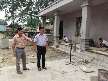 Lãnh đạo xã Vân Hội kiểm tra tiến độ xây dựng Nhà văn hóa trung tâm xã.