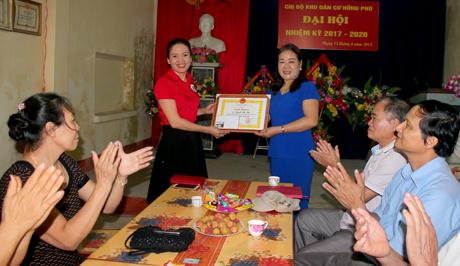 Đại diện Hội Chữ thập đỏ thành phố Yên Bái trao giấy khen đột xuất cho bà Nguyễn Thị Huệ.