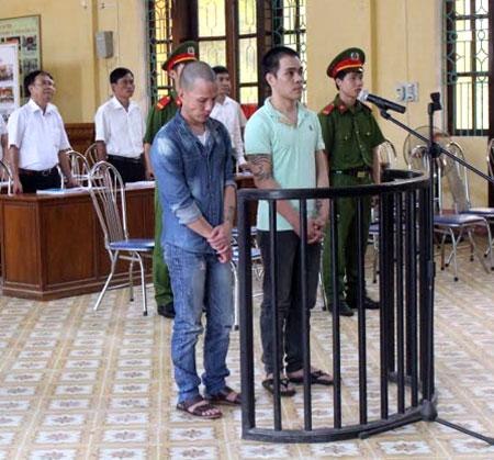 Hai bị cáo Đoàn Văn Nam và Cao Tất Thành trong phiên xét xử lưu động.