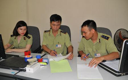 Các cán bộ Đội QLTT cơ động trao đổi nghiệp vụ.