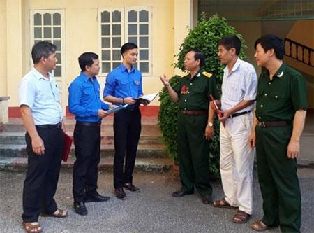 Các cựu chiến binh Đảng ủy Khối Doanh nghiệp tỉnh trao đổi  về công tác tuyên truyền, giáo dục truyền thống yêu nước với đoàn viên thanh niên.