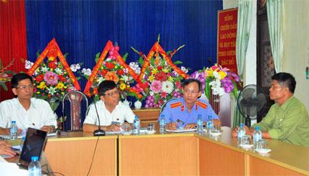 Cán bộ, lãnh đạo Tòa án nhân dân tỉnh và Viện Kiểm sát nhân dân tỉnh trả lời kiến nghị của ông Phạm Hồng Thái (bên phải).