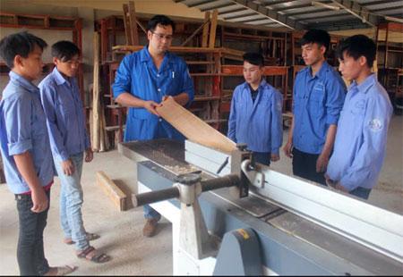 Lớp học nghề gia công thiết kế sản phẩm mộc tại Trường Cao đẳng Nghề Yên Bái.  (Ảnh: Phong Sơn)