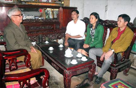 Lãnh đạo xã Nghĩa Phúc, thăm thương binh hạng 4/4 Đinh Văn Nhần ở thôn Ả Hạ.