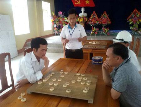 Anh Phùng Anh Ngọc phổ biến luật chơi cho các vận động viên môn cờ tướng.