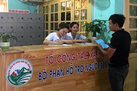 Tổ công tác xã hội hướng dẫn người dân đến khám bệnh tại Bệnh viện Đa khoa khu vực Nghĩa Lộ.
