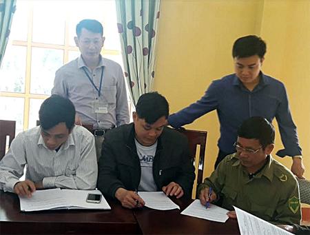 Cán bộ Sở Nội vụ lấy ý kiến khảo sát của người dân và cán bộ công chức về phục vụ của bộ máy trên địa bàn.