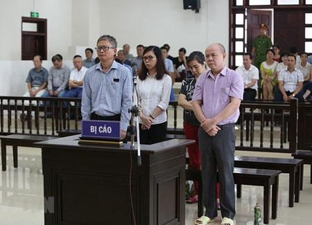 Các bị cáo nghe Hội đồng xét xử tuyên án.