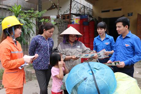 Đoàn viên thanh niên Công ty Điện lực Yên Bái tuyên truyền người dân thực hiện tiết kiệm điện trong mùa hè và giờ cao điểm. (Ảnh: Thanh Chi)