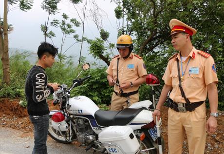 Lực lượng cảnh sát giao thông tỉnh Yên Bái tăng cường công tác kiểm tra, kiểm soát các hành vi vi phạm Luật Giao thông đường bộ. (Ảnh: Thanh Chi)