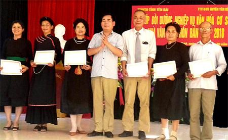Nghệ sỹ ưu tú Trần Văn Tuấn - Phó Giám đốc Trung tâm Văn hóa & Thông tin tỉnh Yên Bái trao giấy chứng nhận cho các học viên.