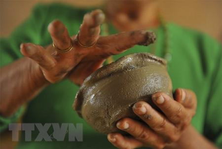 Đồng bào dân tộc Chăm dùng đôi tay khéo léo để tạo nên các dòng sản phẩm với mẫu mã đa dạng.