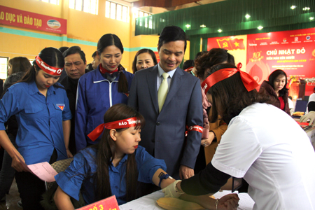 Đồng chí Dương Văn Tiến  - Phó Chủ tịch UBND tỉnh Yên Bái động viên tinh thần các tình nguyện viên tham gia hiến máu trong hành trình Chủ nhật đỏ.