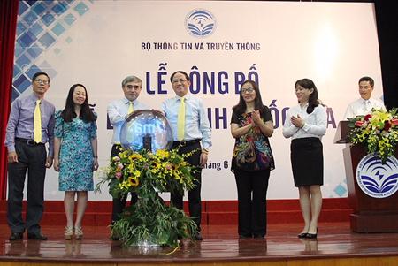 Thứ trưởng Bộ Thông tin và Truyền thông Nguyễn Minh Hồng (đứng thứ ba từ bên trái) cùng Chủ tịch HĐTV Tổng Công ty Bưu điện Phạm Anh Tuấn công bố Mã bưu chính quốc gia.