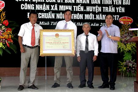 Đồng chí Trần Thế Hùng – Giám đốc Sở Nông nghiệp và Phát triển nông thôn trao Quyết định xã đạt chuẩn nông thôn mới cho Đảng bộ, chính quyền và nhân dân xã Minh Tiến.