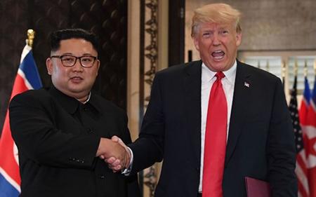 Tổng thống Mỹ Donald Trump (phải) và nhà lãnh đạo Triều Tiên Kim Jong-un.