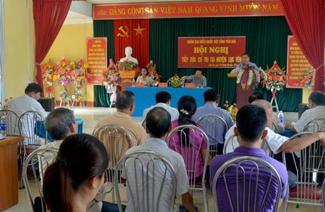 Quang cảnh buổi tiếp xúc cử tri tại huyện Lục Yên.