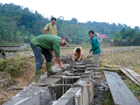 Nhân dân xã Thượng Bằng La kiên cố hoá kênh mương nội đồng.