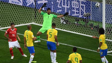 Steven Zuber ghi bàn cho Thụy Sĩ sau khi phạm lỗi đẩy người với Miranda của Brazil.
