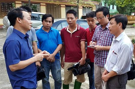 Chủ tịch UBND tỉnh Đỗ Đức Duy trao đổi với các phóng viên tác nghiệp trong đợt lũ tháng 10/2017 tại các huyện, thị phía Tây của tỉnh.