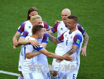 Các cầu thủ đội tuyển Iceland ăn mừng khi cầm hòa Argentina.