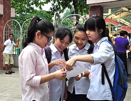 Các thí sinh trao đổi bài sau buổi thi tại điểm thi Trường THPT Nguyễn Huệ, thành phố Yên Bái, kỳ thi THPT quốc gia 2017.