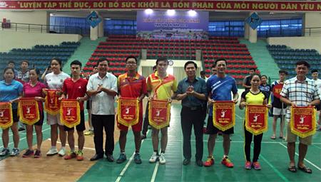 Ban tổ chức giải trao cờ lưu niệm cho các đoàn vận động viên.