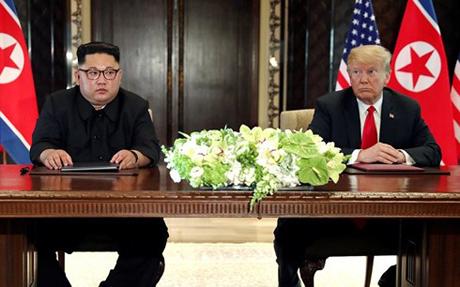 Nhà lãnh đạo Triều Tiên Kim Jong-un và Tổng thống Mỹ Donald Trump ngồi vào bàn ký kết thỏa thuận lịch sử