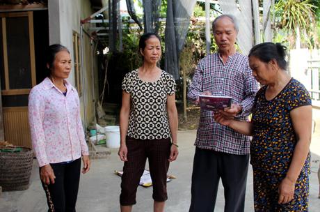 Ông Hoàng Đình Thìn vận động người cao tuổi trong xã tham gia xây dựng đời sống văn hóa.