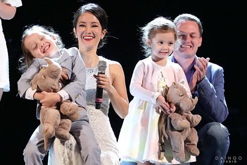 Hồng Nhung bên chồng và 2 con trong một sự kiện.