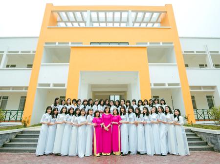 Lớp Văn K26 và các cô giáo.