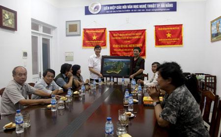 Thăm và giao lưu với Liên hiệp các Hội VHNT thành phố Đà Nẵng.  Các tác phẩm hoàn thành tại Trại sáng tác.