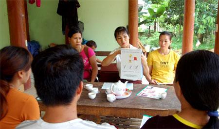 Cán bộ dân số xãQuang Minh, huyện Văn Yên sâu sát cơ sở tuyên truyền vận động người dân thực hiện chính sách dân số, kế hoạch hóa gia đình.