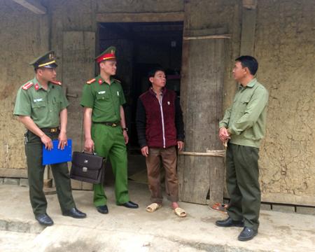 Cán bộ Đội Cảnh sát Quản lý hành chính và phụ trách xã, Công an huyện Văn Chấn tuyên truyền cho người dân không xuất cảnh lao động trái phép.