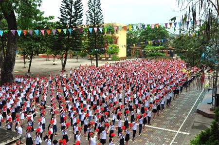 Học sinh Trường Tiểu học Nguyễn Thái Học, thành phố Yên Bái thể dục giữa giờ.