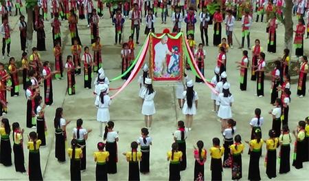 Tiết mục múa xòe với chủ đề về Bác Hồ trong một hoạt động ngoại khóa của Trường TH&THCS Hoàng Văn Thụ.