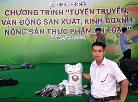 Anh Mậu đi xe máy chở 50 kg gạo Séng cù đến lễ phát động chương trình tuyên truyền vận động sản xuất, kinh doanh nông sản thực phẩm an toàn tại Hà Nội để giới thiệu sản phẩm.