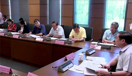 Các đại biểu Quốc hội khóa XIV tỉnh Yên Bái tại phiên thảo luận ở tổ.