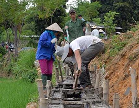 Nhân dân xã Sơn Thịnh, huyện Văn Chấn kiên cố hóa kênh mương nội đồng.