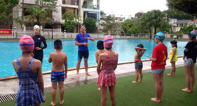 Sau lễ phát động, các giáo viên lớp kỹ năng phòng, chống đuối nước đã hướng dẫn các em học sinh những bài tập khởi động, kỹ thuật bơi cơ bản và phương pháp xử lý trong môi trường nước.