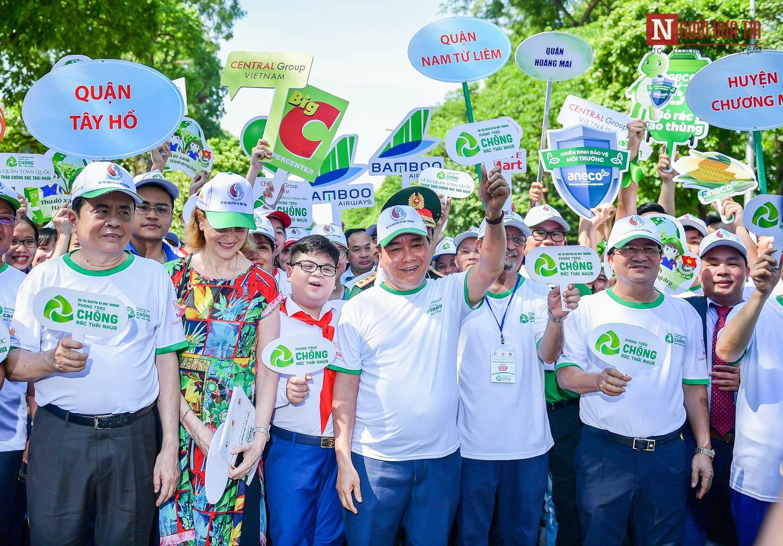 Thủ tướng Nguyễn Xuân Phúc cùng các đại biểu và hàng nghìn bạn trẻ Thủ đô tham gia đi bộ kêu gọi cộng đồng hành động chống rác thải nhựa.