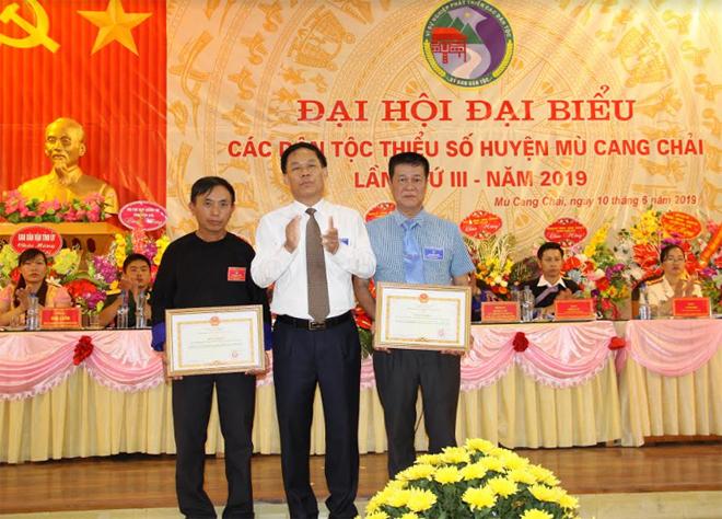 Được sự ủy quyền của Bộ trưởng, Chủ nhiệm Ủy ban Dân tộc đồng chí Nguyễn Văn Khánh - Phó Chủ tịch UBND tỉnh trao bằng khen cho 2 tập thể có thành tích xuất sắc trong công tác dân tộc và thực hiện chính sách dân tộc của Đảng và Nhà nước giai đoạn 2014 – 2019.