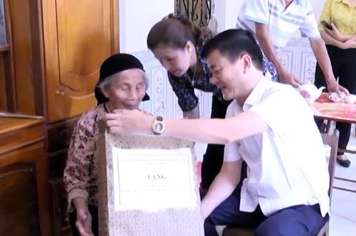 Đồng chí Phó Chủ tịch UBND tỉnh Nguyễn Chiến Thắng thăm hỏi, tặng quà cho gia đình chính sách năm 2018.