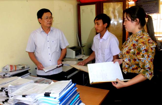 Cán bộ Phòng Tư pháp huyện Trạm Tấu trao đổi kế hoạch tuyên truyền pháp luật ở cơ sở.