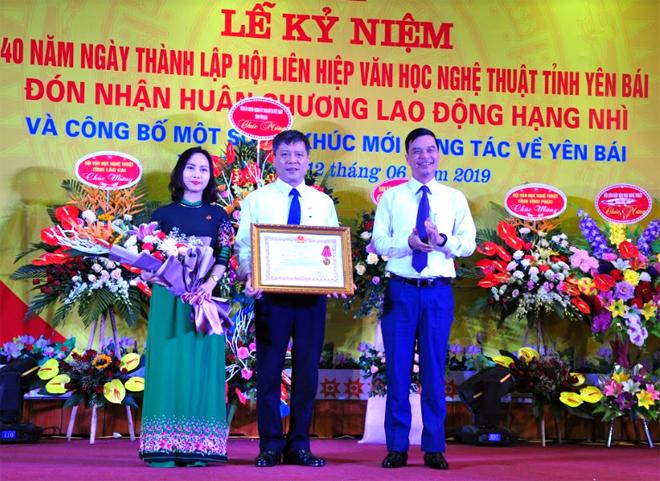 Thừa ủy quyền, đồng chí Dương Văn Tiến - Phó Chủ tịch UBND tỉnh trao Huân chương Lao động Hạng Nhì cho Hội Liên hiệp VHNT Yên Bái.