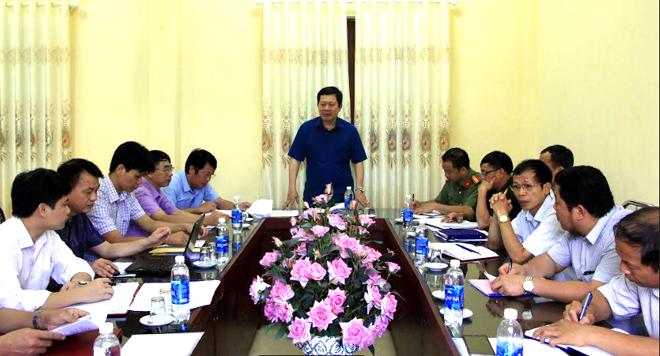 Đồng chí Vương Văn Bằng – Giám đốc Sở Giáo dục và Đào tạo tỉnh phát biểu chỉ đạo tại buổi làm việc với Ban Chỉ đạo Kỳ thi THPT quốc gia năm 2019 huyện Yên Bình.