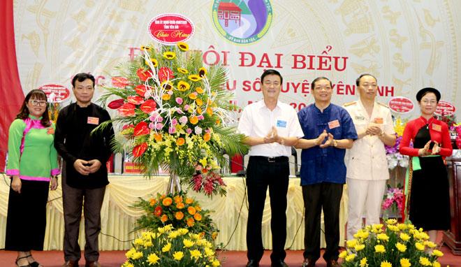 Phó Chủ tịch UBND tỉnh Nguyễn Chiến Thắng tặng hoa chúc mừng Đại hội.